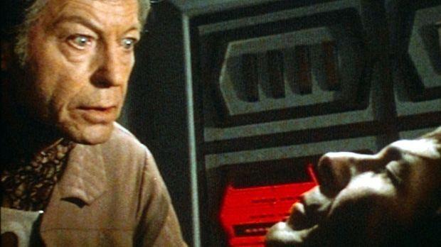 Endlich wurde der Leichnam von Mr. Spock (Leonard Nimoy, r.) von den Besatzun...