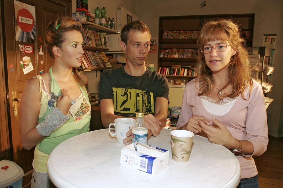 """Da staunt selbst Jürgen (Oliver Bokern, M.): Lisa (Alexandra Neldel, r.) möchte, dass Hannah (Laura Osswald, l.) Chefdesignerin von """"B.STYLE"""" wird... - Bildquelle: Noreen Flynn Sat.1"""