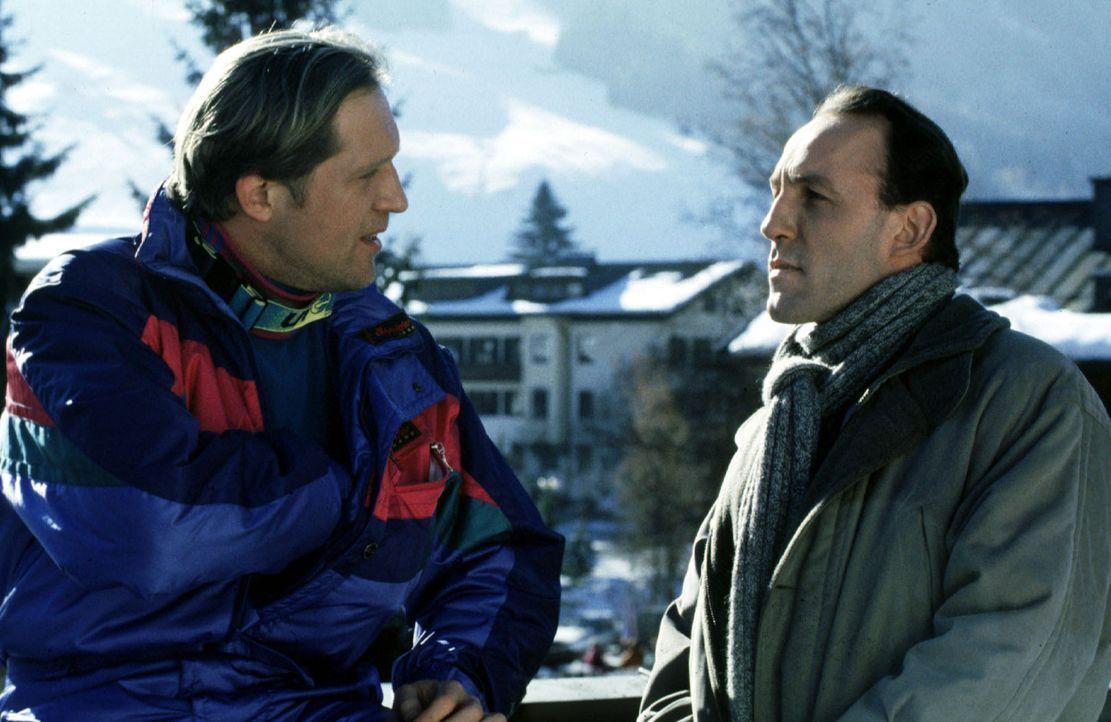 Stockinger (Karl Markovics, r.) befragt Franz Roggosch (Harald Krassnitzer, l.) zum Tode seines Freundes Waldi. - Bildquelle: Hermann Huber Sat.1