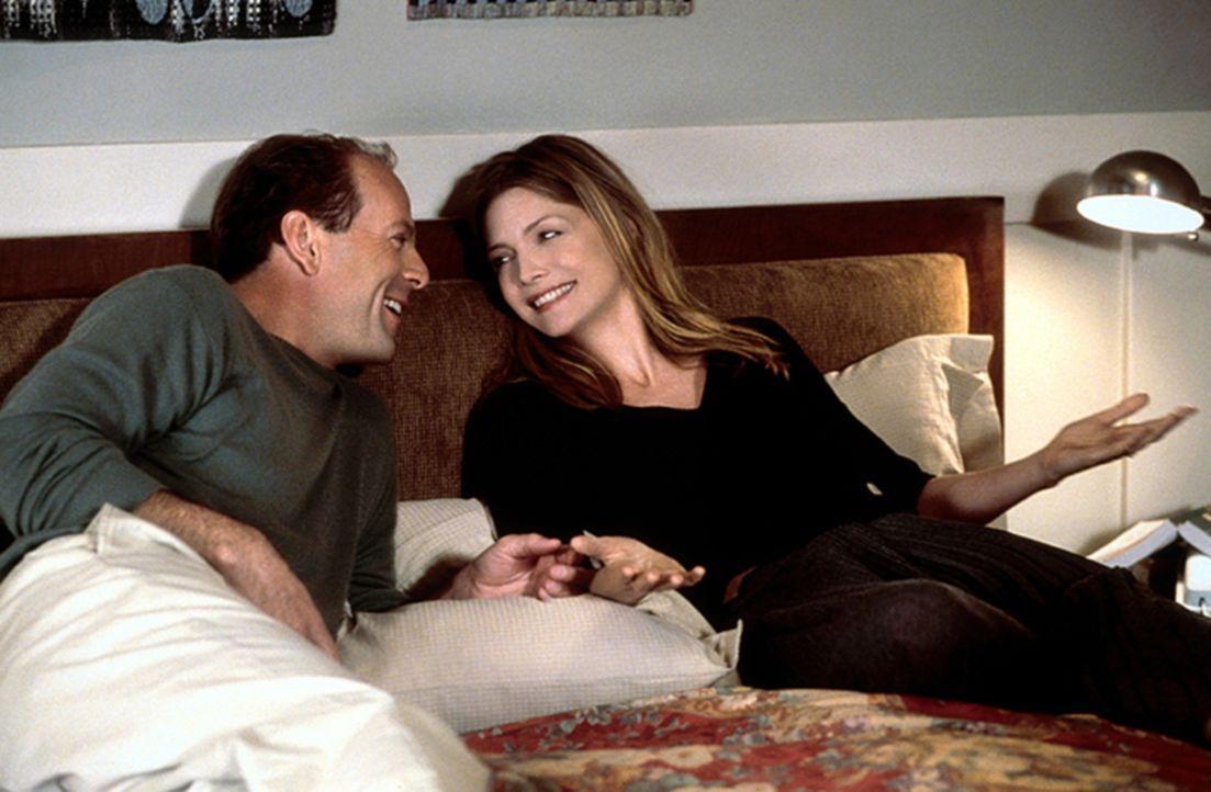 Geben sich eine zweite Chance: Katie (Michelle Pfeiffer, r.) und Ben (Bruce Willis, l.) ... - Bildquelle: Warner Brothers International Television Distribution Inc.