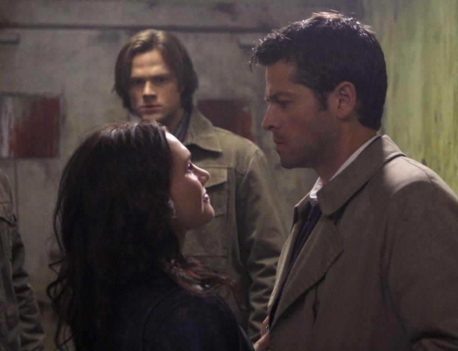 Die Logik zeigt Sam (Jared Padalecki, hinten), dass nur eine Zusammenarbeit mit Meg (Rachel Miner, vorne l.) sinnvoll ist, und Castiel (Misha Collin... - Bildquelle: Warner Bros. Television