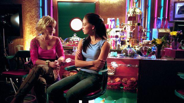 Chloe (Allison Mack, l.) und Lana (Kristin Kreuk, r.) sind sich sicher: Ian h...
