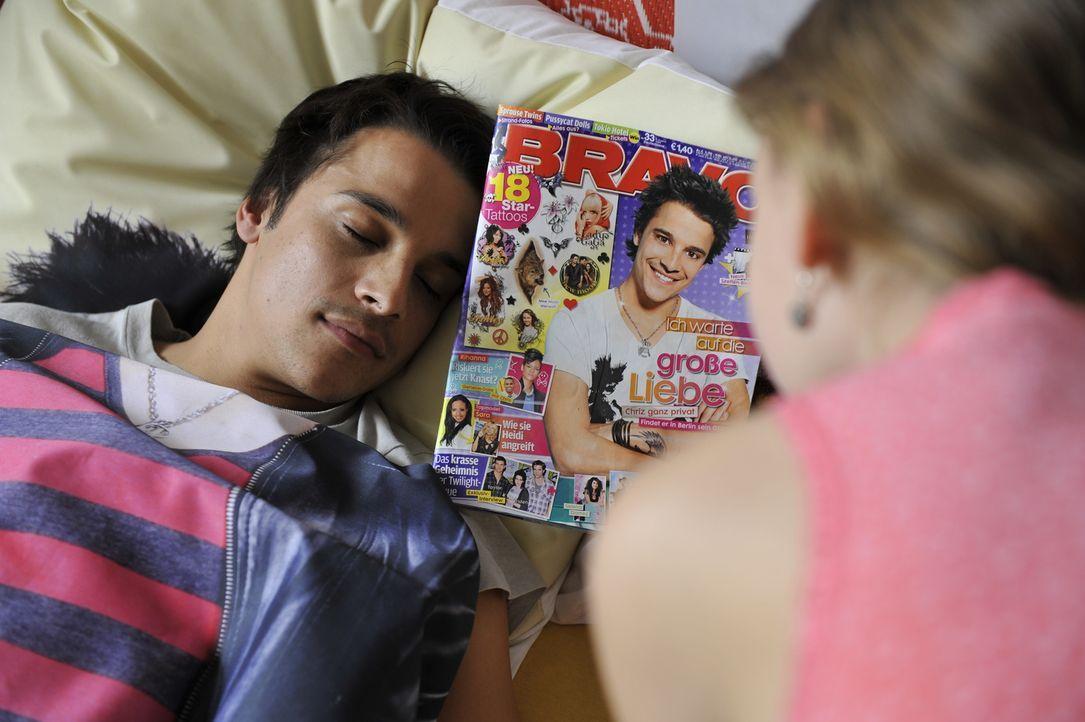 Lilas Schwester Luzy (Amber Bongard, r.) kann es nicht glauben: In ihrem Bett liegt doch tatsächlich der krass coole Chriz (Kostja Ullmann, l.) ... - Bildquelle: Disney