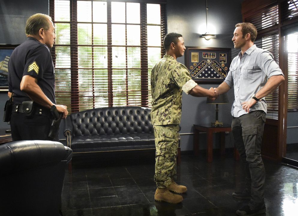 Nachdem der Navy-SEAL Soldat Junior Reigns (Beulah Koale, M.) einfach nicht lockerlässt, macht Steve McGarrett (Alex O'Loughlin, r.) ihm mit Duke Lu... - Bildquelle: Norman Shapiro 2017 CBS Broadcasting Inc. All Rights Reserved.