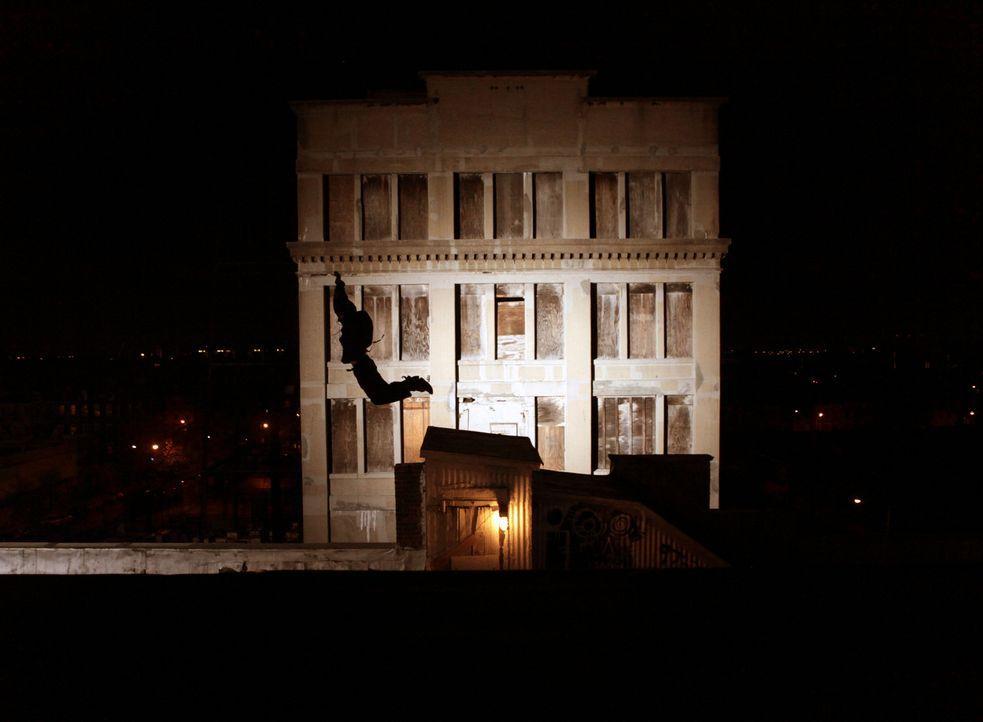 Während sie von Stadt zu Stadt ziehen, nutzt Daniel (William Moseley) seine athletischen Fähigkeiten für Diebeszüge, um überleben zu können ... - Bildquelle: RUN THE MOVIE LLC 2011