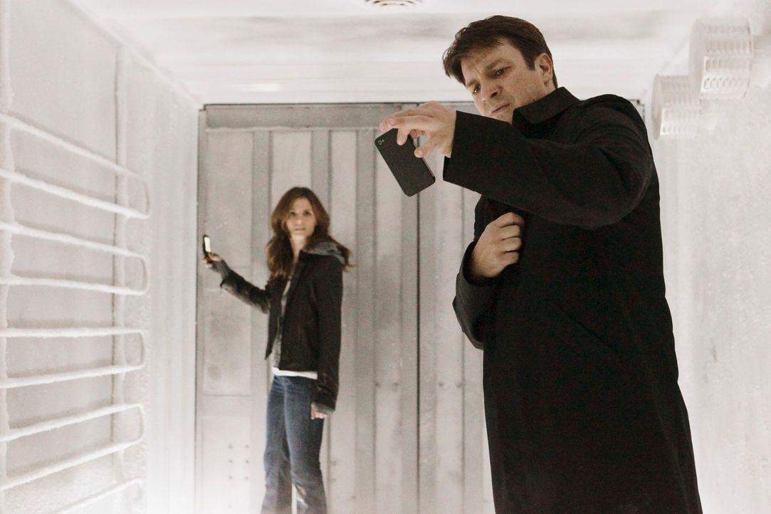 In einem Kühllaster gefangen: Richard Castle (Nathan Fillion, l.) und Kate Beckett (Stana Katic, r.) - Bildquelle: 2011 American Broadcasting Companies, Inc. All rights reserved.