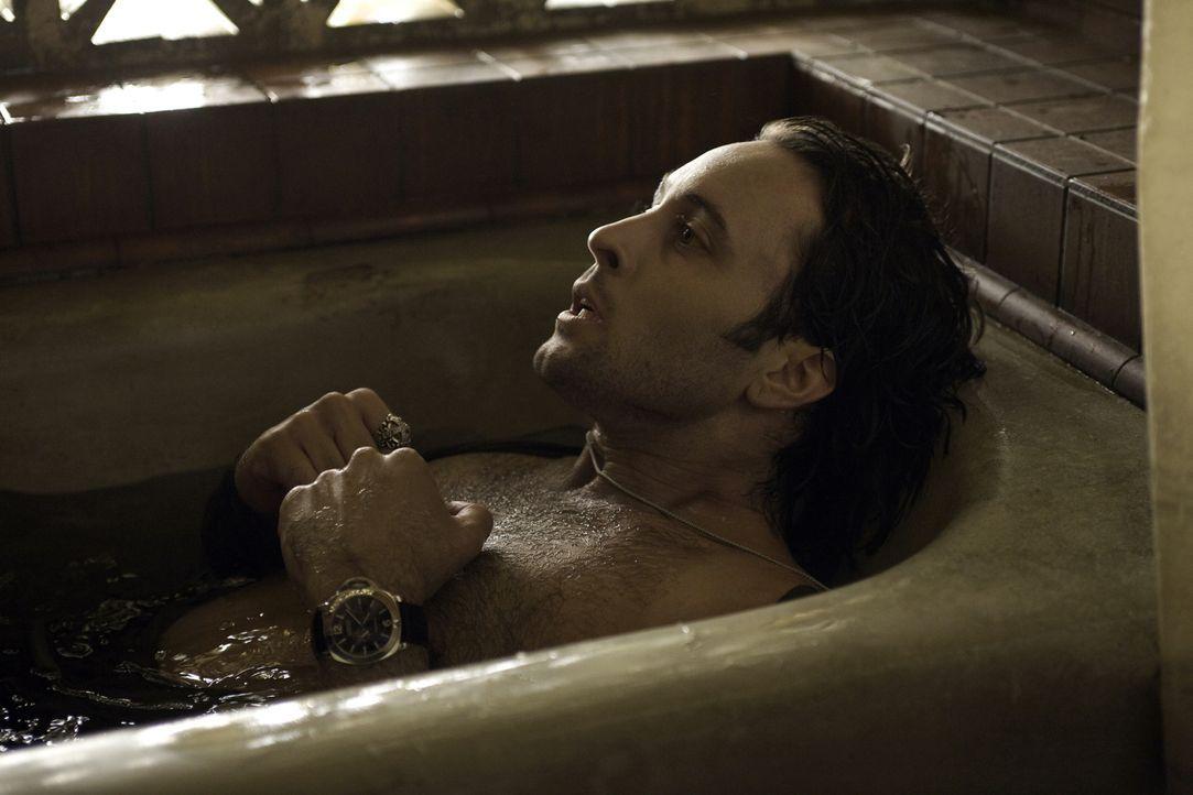Hilflos und verzweifelt: Der Vampir Mick (Alex O'Loughlin) weiß, dass ihm nicht mehr viel Zeit bleibt, wenn er nicht schnell an Blut kommt ... - Bildquelle: Warner Brothers