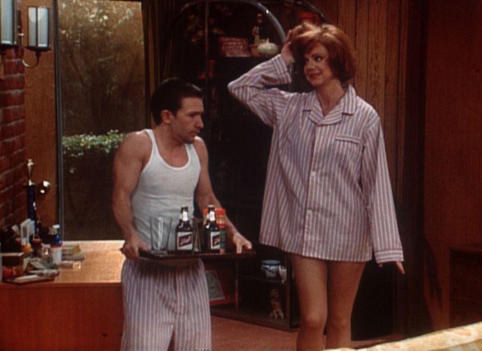Bud (David Faustino, l.) nach seiner ersten Liebesnacht, die er ausgerechnet mit Gary (Janet Carroll, r.), der Chefin seines Vaters verbracht hat. - Bildquelle: Sony Pictures Television International. All Rights Reserved.