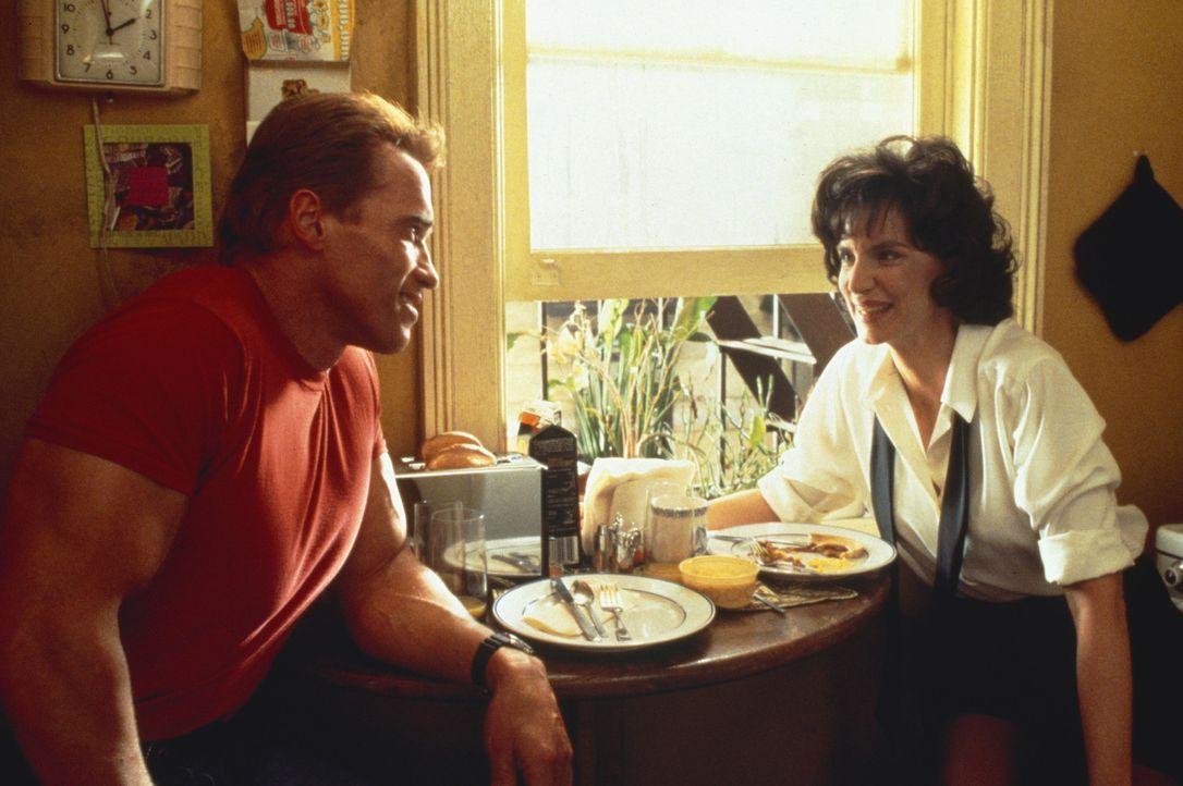 Jack Slater (Arnold Schwarzenegger, l.) ist ein Leinwand Held, der als cooler Polizist den Verbrechern das Leben schwer macht. Doch selbst der sonst... - Bildquelle: 1993 Columbia Pictures Industries, Inc. All Rights Reserved.