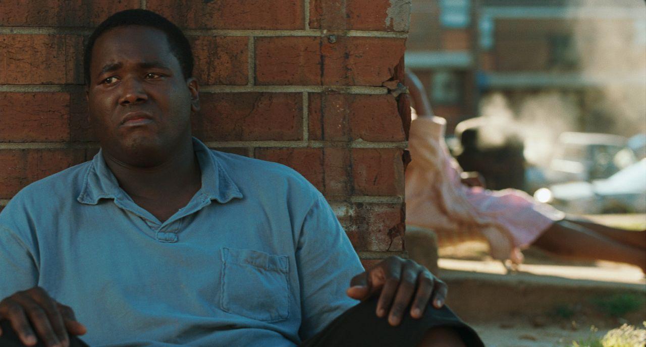 Als der obdachloser Teenager Michael Oher (Quinton Aaron) zufällig auf Leigh Anne Tuohy trifft, nimmt sein Leben einen anderen Lauf .. - Bildquelle: Warner Brothers