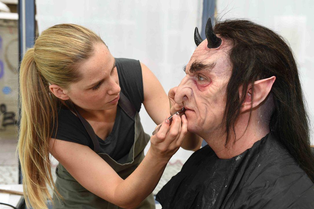 Der Weg zur perfekten Vampir-Maske ist für Marvin (r.) sehr lang ... - Bildquelle: Andre Kowalski sixx