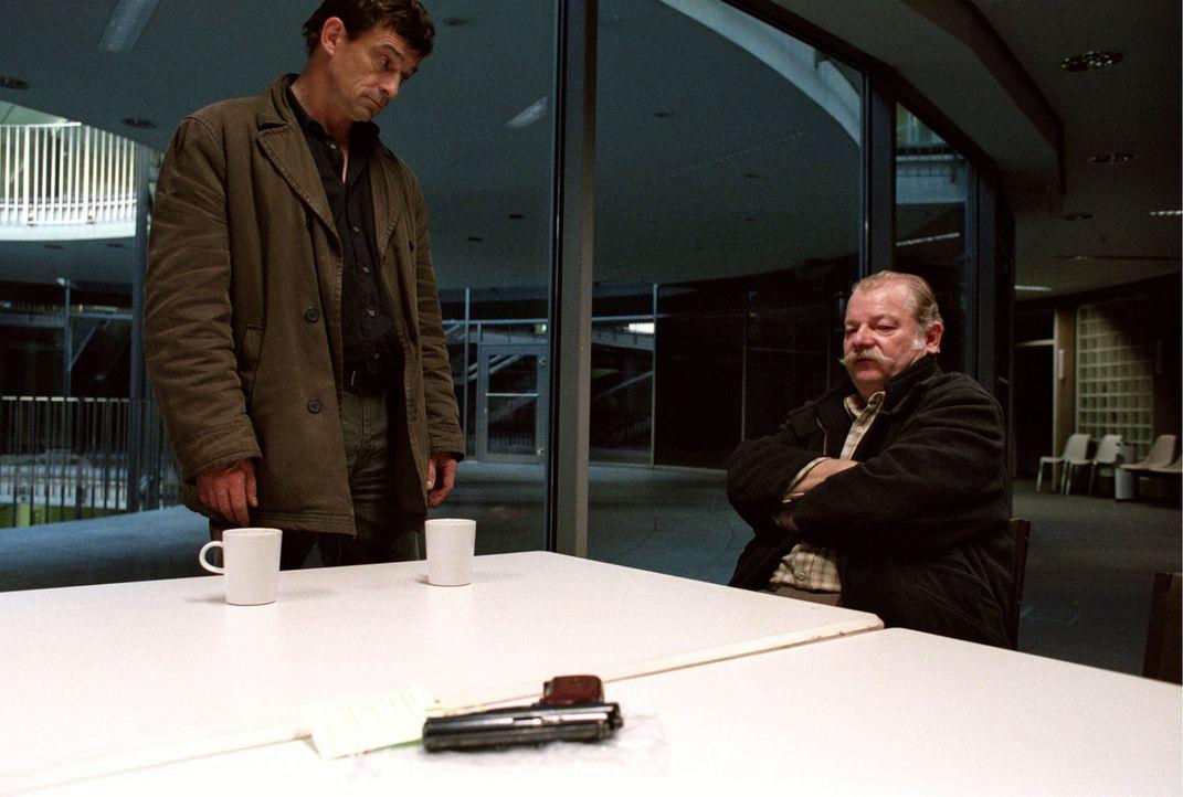 Steiner (Thomas Sarbacher, l.) konfrontiert Dieter Wesemann (Dieter Montag, r.) mit dessen Waffe, die bei einem Einbrecher sichergestellt wurde: Es... - Bildquelle: Thomas Kost Sat.1