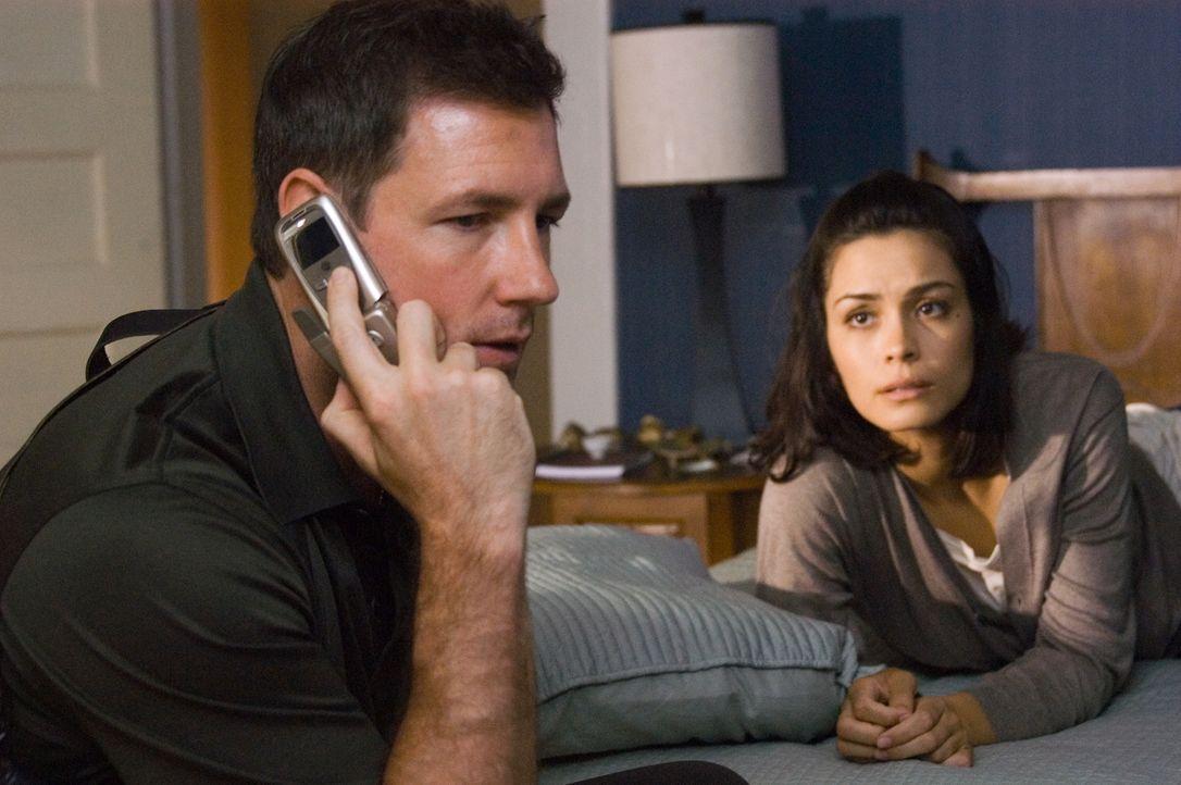 Die Polizei hält Beths (Shannyn Sossamon, r.) Vermutungen für Wahnvorstellungen - mit Ausnahme von Detective Jack Andrews (Ed Burns, l.). Seine Schw... - Bildquelle: Warner Bros. Television