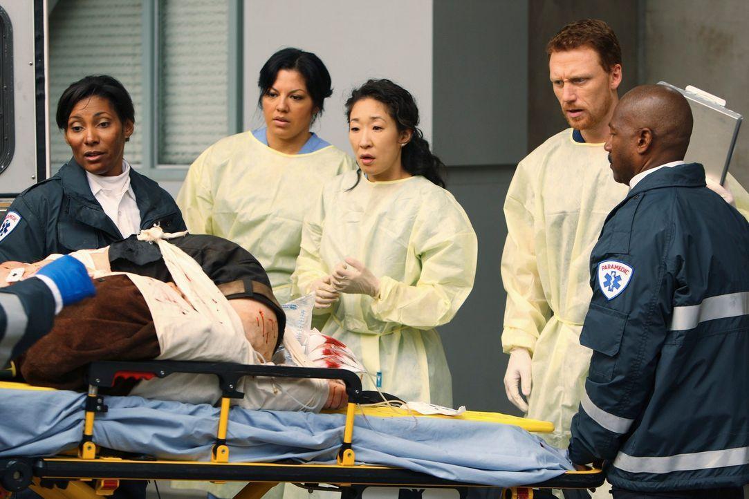 Ein neuer Patient wird mit schrecklichen Quetschungen eingeliefert. Solch schlimme Verletzungen sehen selbst die erfahrenen Ärzte Callie (Sara Rami... - Bildquelle: Touchstone Television