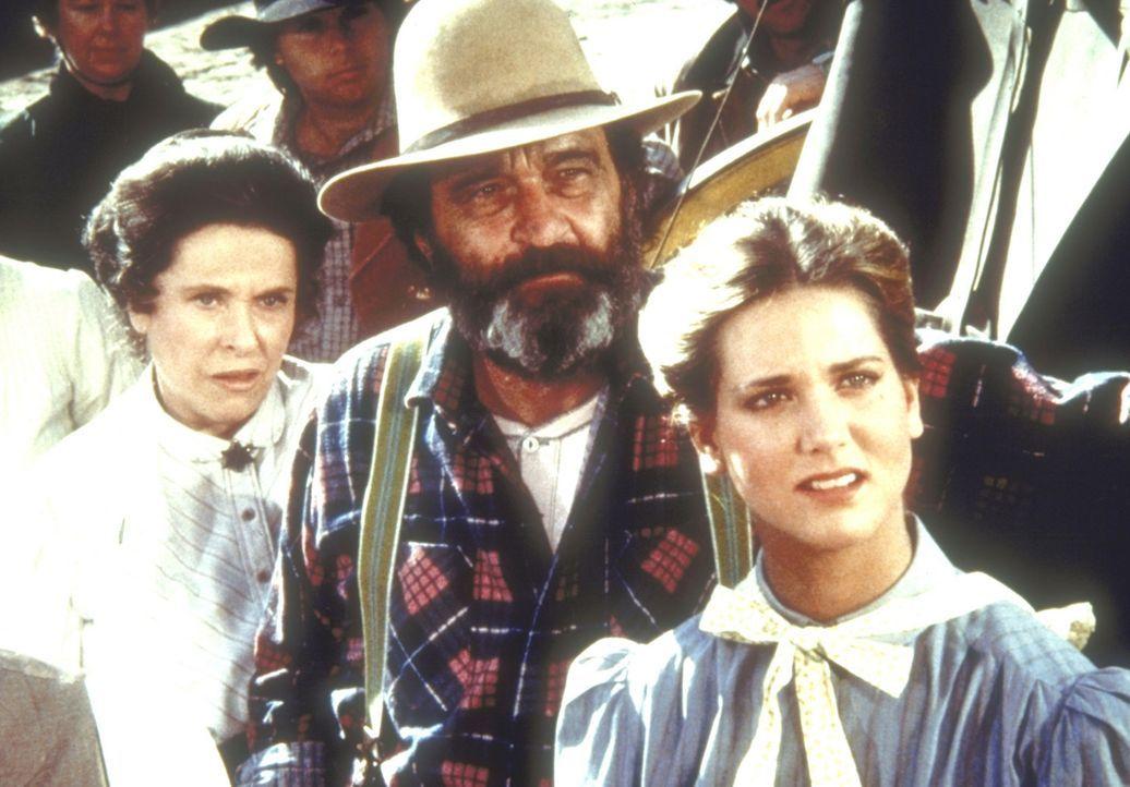 Harriet Oleson (Katherine MacGregor, l.) und Edwards (Victor French, M.) versuchen, Dr. Baker zu überzeugen, Walnut Grove zu verlassen. - Bildquelle: Worldvision