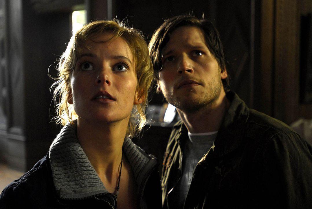 Helma (Teresa Weißbach, l.) und Phillip (Sebastian Ströbel, r.) haben schon bald die Gewissheit: Das Böse lebt! - Bildquelle: Uwe Ernst ProSieben