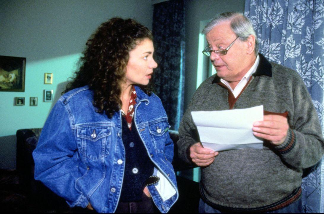 Stefanie (Kathrin Waligura, l.) wird mit einem Brief unangenehm überrascht. Ihr Ex-Mann will das alleinige Sorgerecht für ihren Sohn Alex. Fassung... - Bildquelle: Noreen Flynn Sat.1