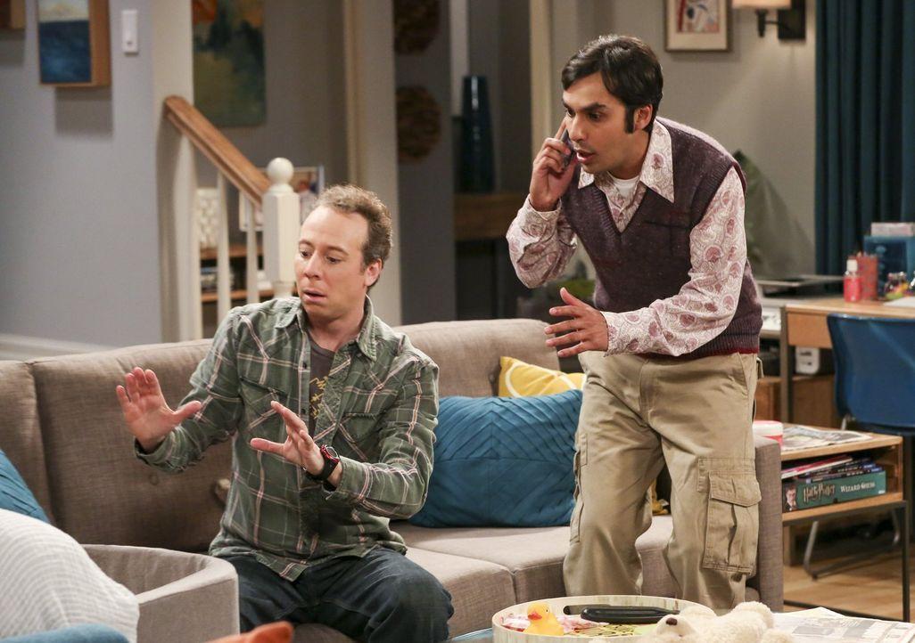 Sind beim Babysitten absolut überfordert: Stuart (Kevin Sussman, l.) und Raj (Kunal Nayyar, r.) ... - Bildquelle: 2016 Warner Brothers