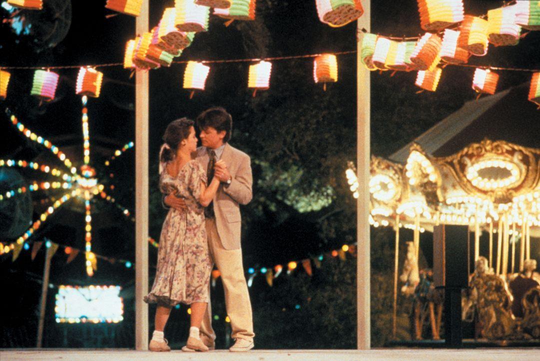 Ben Stone (Michael J. Fox, r.) ist vom Landleben entsetzt. Er würde glatt durchdrehen, gäbe es da nicht die junge, hübsche Krankenwagen-Fahrerin Lou... - Bildquelle: Warner Bros.