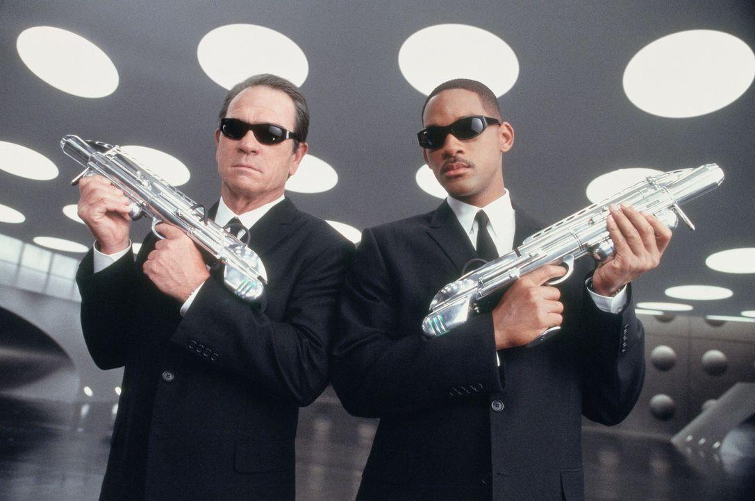 Immer korrekt gekleidet und nie um einen lockeren Spruch verlegen: Agent J (Will Smith, r.) und Agent K (Tommy Lee Jones, l.) ... - Bildquelle: 2003 Sony Pictures Television International