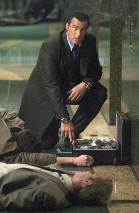 Auf wessen Seite steht Undercoveragent Jonathan Cold (Steven Seagal)? - Bildquelle: Copyright   2005 Crab Trap Productions. All Rights Reserved.