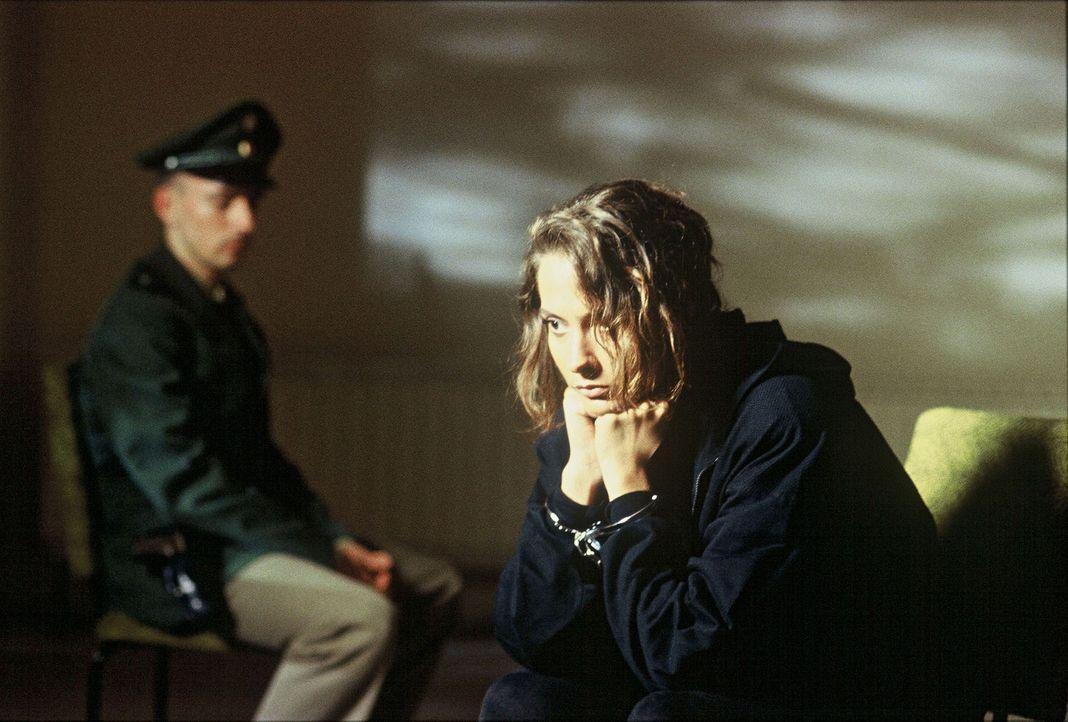 Die Kaufhausassistentin Gina Lohr (Simone Thomalla) wird verhaftet, weil die Polizei glaubt, dass sie die Erpressung inszeniert hat ... - Bildquelle: Ronald Siemoneit Sat.1
