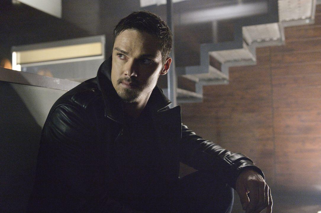 Auf dem Revier kommt es zu einer Geiselnahme durch unbekannte Männer. Vincent (Jay Ryan) dringt in das Gebäude ein, doch er hat es offenbar nur dara... - Bildquelle: 2013 The CW Network, LLC. All rights reserved.