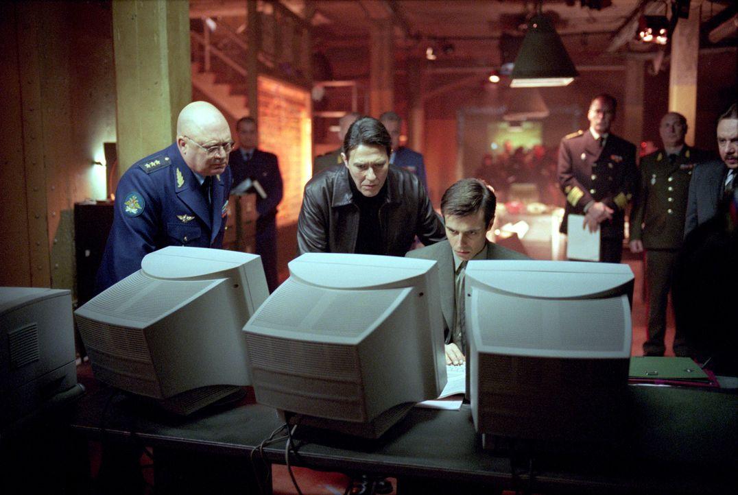 Als ein Alt-Nazi die beiden Supermächte USA und Russland gegeneinander ausspielt, geraten der neue russische Präsident Nemerov (Ciaran Hinds, M.) un... - Bildquelle: Paramount Pictures