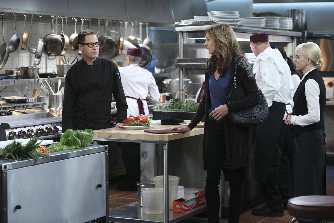 Die Wechseljahre machen Bonnie (Allison Janney, M.) zu schaffen, doch als sie Christy (Anna Faris, r.) im Restaurant besucht, bauen die frivolen Spr... - Bildquelle: Warner Brothers Entertainment Inc.