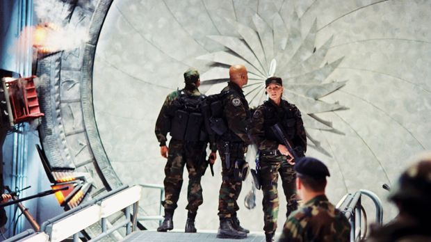 Sam (Amanda Tapping, r.), Daniel (Michael Shanks, l.) und Teal'c (Christopher...