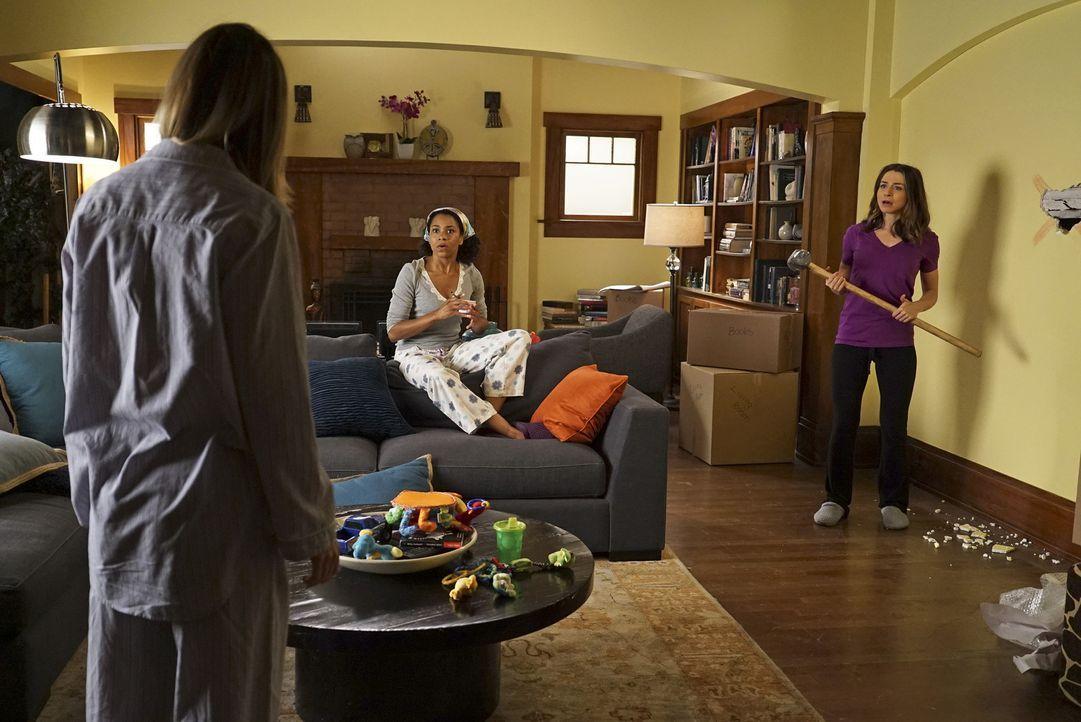 Während Bailey um die Chefarztposition kämpft, geraten Meredith (Ellen Pompeo, l.) und Amelia (Caterina Scorsone, r.) in ihrer WG immer wieder anein... - Bildquelle: Richard Cartwright ABC Studios