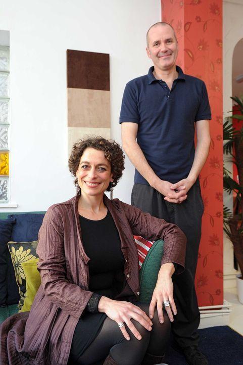 """Alex Polizzi (r.) hat mit Andrew Brown (r.), dem Manager des """"New Lyngarth Hotels"""", ein Hühnchen zu rupfen ..."""
