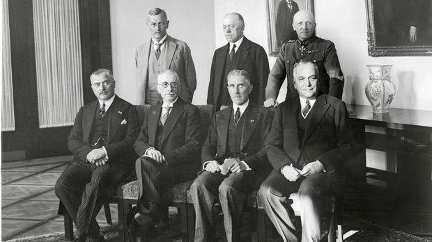 Das deutsche Reichskabinett von 1932: (v.l.n.r. - sitzend)  Otto von Braun, F...