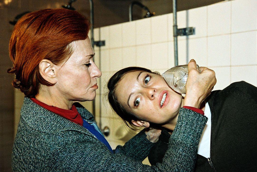 Niki (Elke Winkens, r.) wird im Gefängnis von Silvia Manz (Gertraud Jesserer, l.) bedroht ... - Bildquelle: Ali Schafler Sat.1