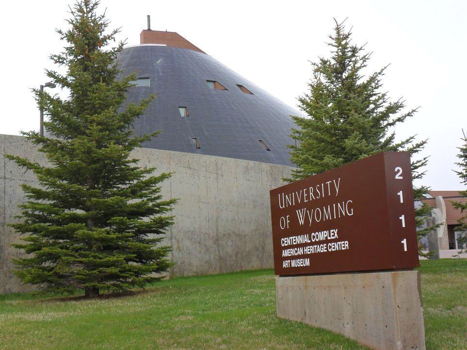 Don Wildman widmet sich an der Universität von Wyoming einem Manuskript, das über Leben und Tod eines Geächteten des Wilden Westens entscheiden könn... - Bildquelle: The Travel Channel, L.L.C. All Rights reserved.