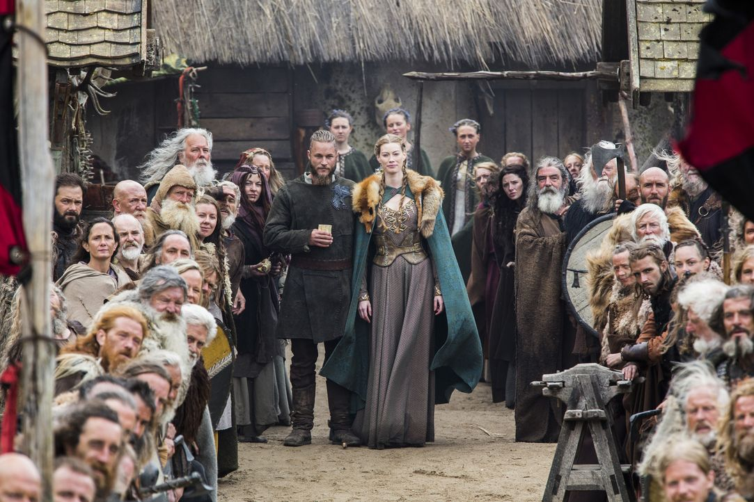 Ragnar (Travis Fimmel, M.l.) und Aslaug (Alyssa Sutherland, M.r.) heißen König Horiks Familie in Kattegat willkommen ... - Bildquelle: 2014 TM TELEVISION PRODUCTIONS LIMITED/T5 VIKINGS PRODUCTIONS INC. ALL RIGHTS RESERVED.