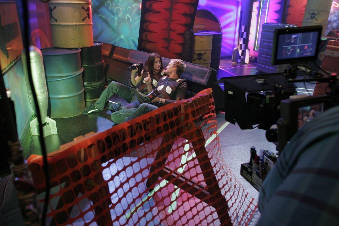 Hinter den Kulissen: Cobie Smulders alias Robin (l.) und Neil Patrick Harris alias Barney (r.) bei den Aufnahmen ... - Bildquelle: 20th Century Fox International Television