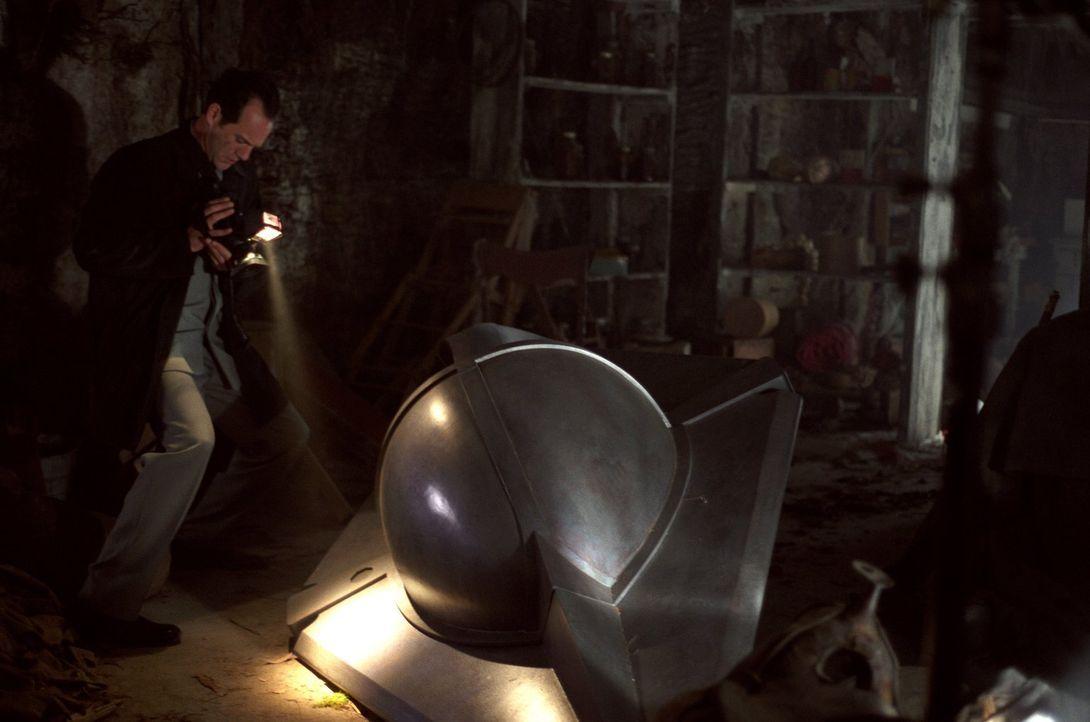 Nachdem Reporter Roger Nixon (Tom O'Brien) Clarks Raumschiff im Keller der Kents findet, wittert er die Story seines Lebens ... - Bildquelle: Warner Bros.