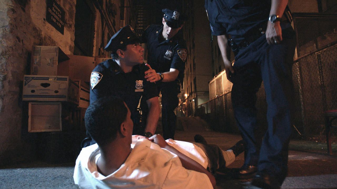 Die Hektik des Einsatzes steigt Officer Blake (Corbin Bleu, kniend) zu Kopf: Er erschießt einen Unschuldigen ... - Bildquelle: 2012 CBS Broadcasting Inc. All Rights Reserved.