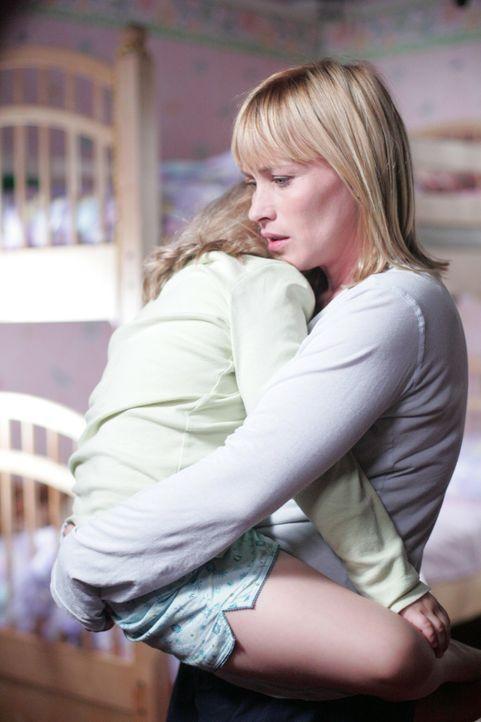Allison (Patricia Arquette, r.) kümmert sich um ihre kleine Tochter Bridgette (Maria Lark, l.). - Bildquelle: Paramount Network Television