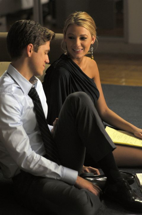 Serena (Blake Lively, r.) und Tripp (Aaron Tveit, l.) verstehen sich etwas zu gut - wird das Folgen haben? - Bildquelle: Warner Brothers