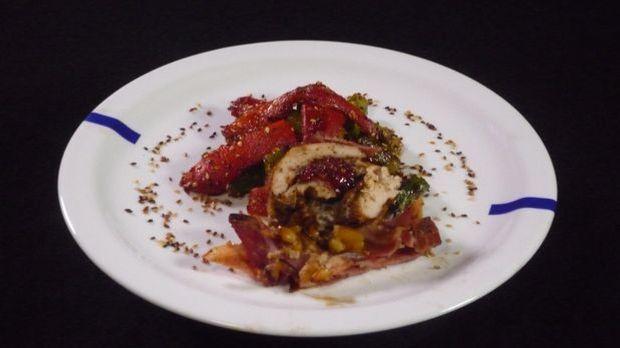 Gefüllte Hühnerbrust im Baconmantel auf Spargel-Paprika-Salat