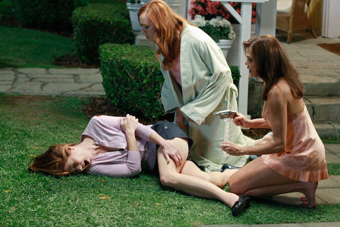 Durch einen Unfall wird Katherine (Dana Delany, l.) von Susan (Teri Hatcher, r.), die sich Sorgen um Julie (Andrea Bowen, M.) macht, angeschossen ... - Bildquelle: ABC Studios
