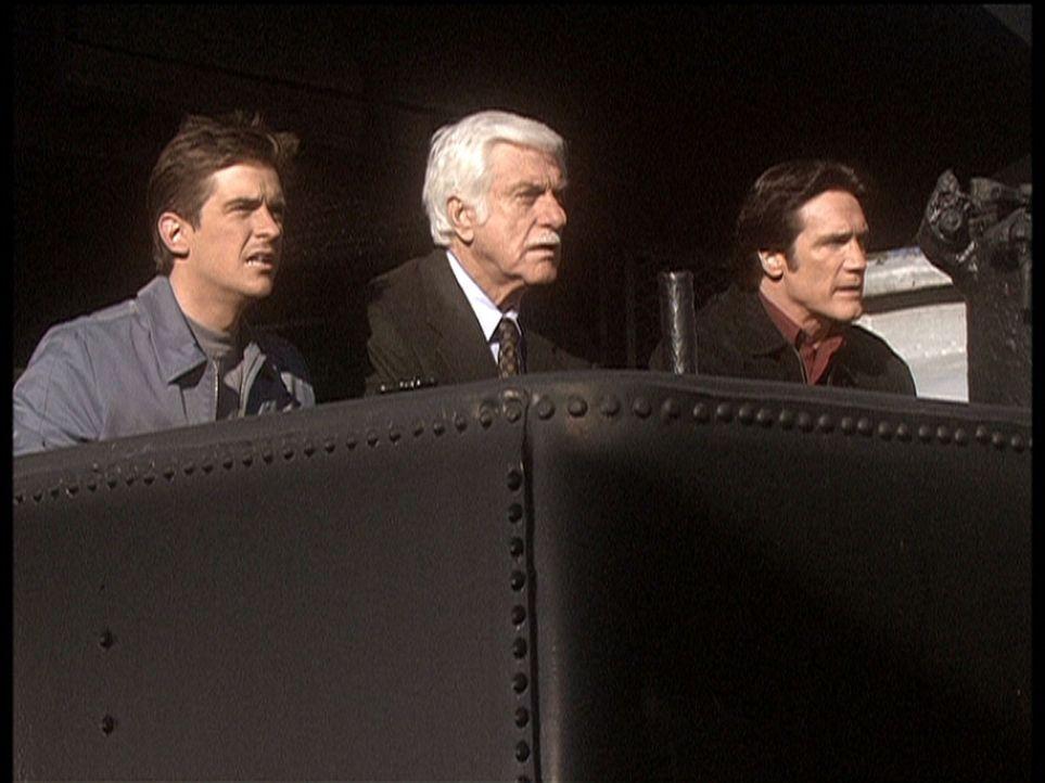 Jesse (Charlie Sclatter, l.), Mark (Dick Van Dyke, M.) und Steve (Barry Van Dyke, r.) stellen den Erpressern eine verlockende Falle ... - Bildquelle: Viacom