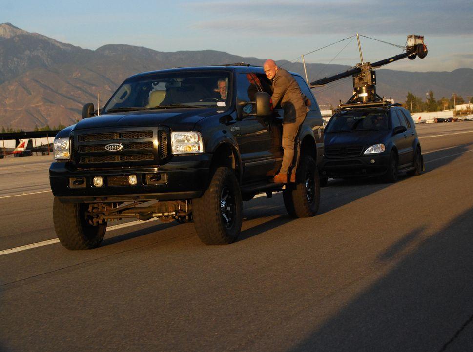 Der Draufgänger und Teufelskerl Jonathan Goodwin versucht sich bei voller Fahrt an der Unterseite eines Trucks entlang zu hangeln ... - Bildquelle: Objective Productions/UKTV