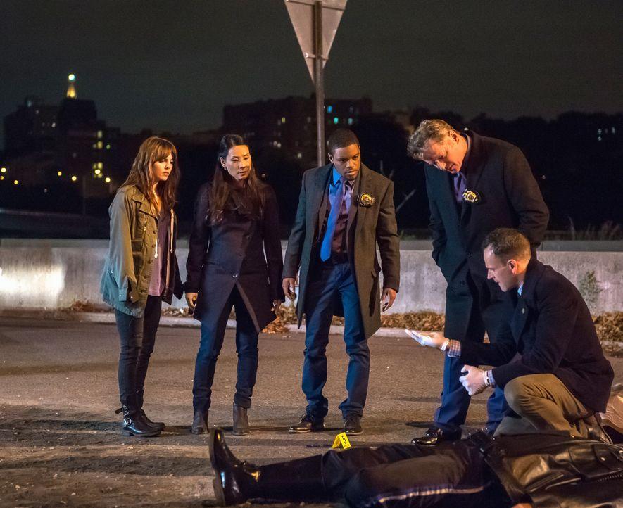 Ein neuer Fall wartet auf das Team: (v.l.n.r.) Kitty (Ophelia Lovibond), Watson (Lucy Liu), Detective Bell (Jon Michael Hill), Captain Gregson (Aida... - Bildquelle: Jeff Neumann CBS Television
