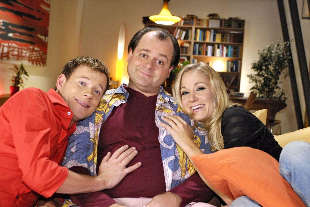Zu Hause auf ihrem Sofa finden die Drei von der Comedy WG Frieden, Freude und Eierkuchen. Hier machen es sich Mathias Schlung (l.), Markus Majowski... - Bildquelle: Sat.1