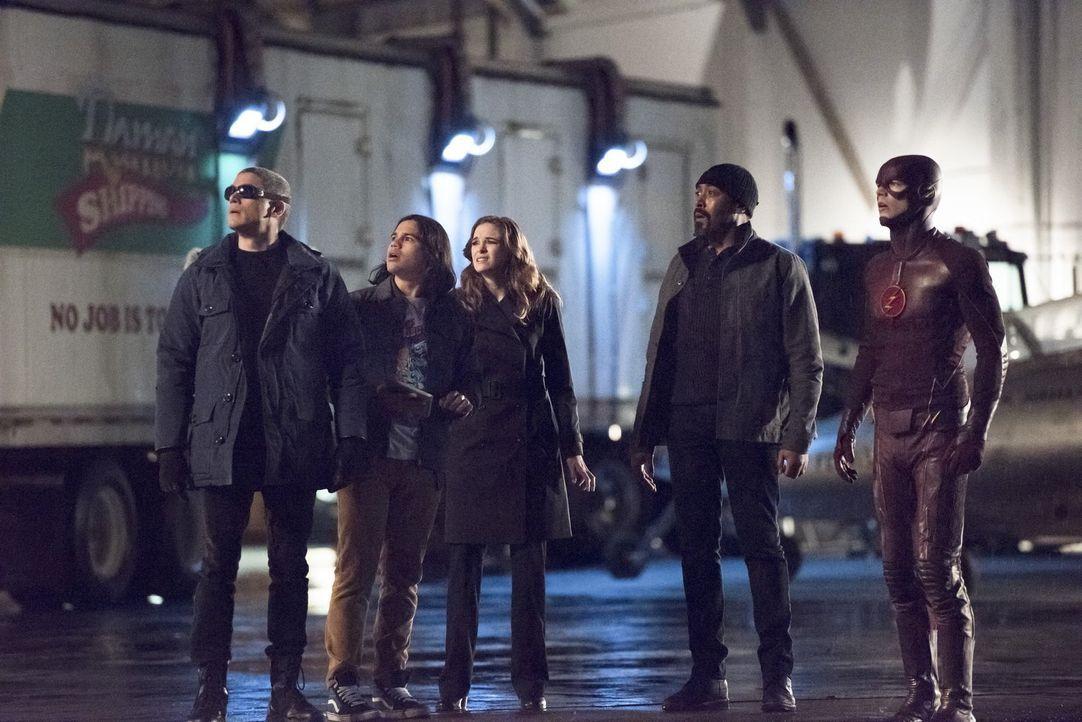 Als Cisco (Carlos Valdes, 2.v.l.), Caitlin (Danielle Panabaker, M.), Joe (Jesse L. Martin, 2.v.r.) und Barry alias The Flash (Grant Gustin, r.) bewu... - Bildquelle: Warner Brothers.