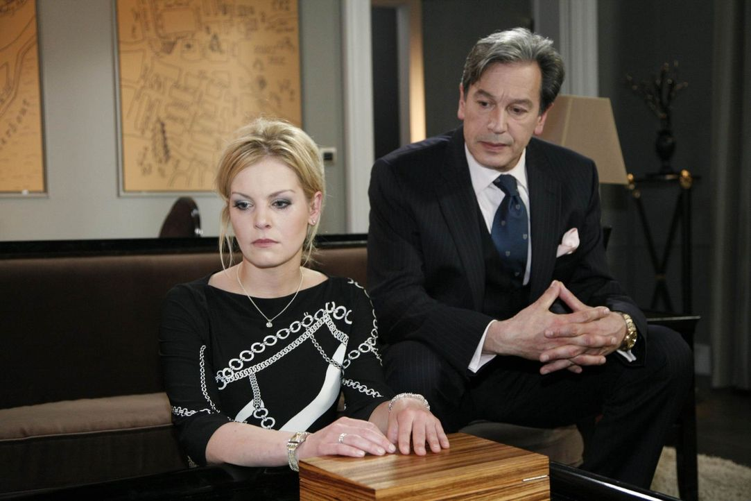 Julius (Günter Barton, r.) begreift, wie sehr er Alexandra (Ivonne Schönherr, l.) verletzt hat ... - Bildquelle: SAT.1