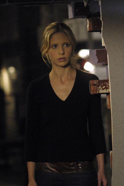 Buffy (Sarah Michelle Gellar) sitzt in einem Grabloch fest, wo sie gegen Monster aus dem Totenreich kämpfen muss. - Bildquelle: TM +   Twentieth Century Fox Film Corporation. All Rights Reserved.